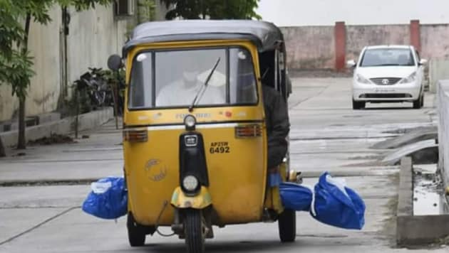 The picture shows the body placed horizontally at the bottom of autorickshaw's rear seat, protruding from either side of the vehicle, as it was driven through the streets of the locality.(HT Photo)