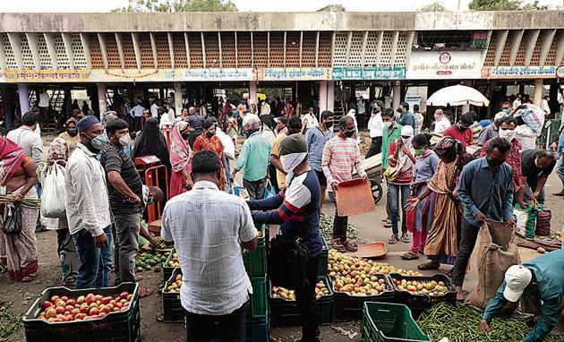 A huge crowd was seen at Market Yard, Gultekdi, ahead of the lockdown on Monday.(Rahul Raut/HT PHOTO)
