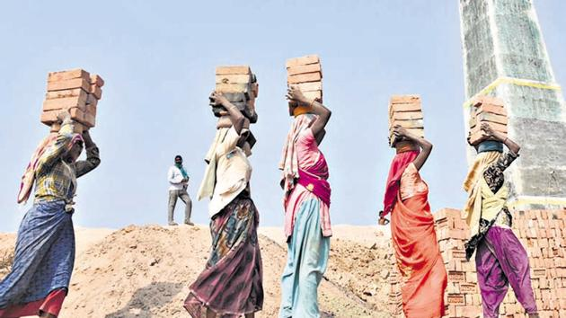 Rather than protecting migrant workers, the government is now making things worse as labour legislation is dismantled further in favour of business and industry(Parwaz Khan / Hindustan Times)