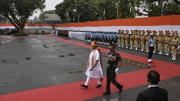 Prime Minister Narendra Modi inspects the guard of honour during the 73rd Independence Day celebrations at the historic Red Fort, in New Delhi on August 15, 2019.(Vipin Kumar/HT Photo)