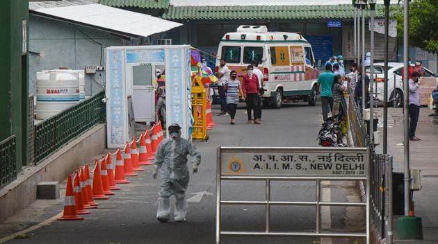 A medical worker in PPE coveralls seen outside the emergency ward at AIIMS, in New Delhi.(Amal KS/HT PHOTO/For Representational Purposes Only)