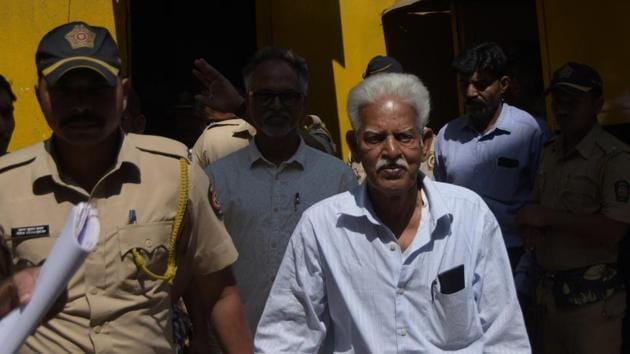 Varavara Rao, accused related in Elgar Parishad, Bhima Koregaon case, escorted by Mumbai police as taken from the Arthur road jail to the session court for the court hearing, in Mumbai.(HT PHOTO)