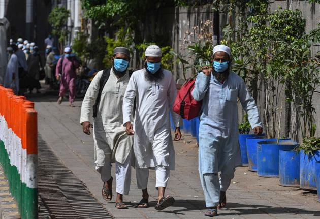 Followers of the Tablighi Jamaat at Nizamuddin in New Delhi on March 31, 2020, walking towards buses that will take them to a quarantine facility during the initial 21-day nationwide lockdown imposed to check the spread of coronavirus.(Biplov Bhuyan/HT PHOTO)