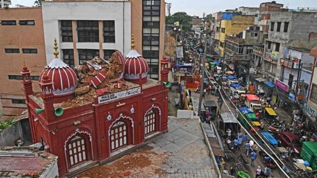A partially damaged portion of historic Mubarak Begum masjid (mosque) is seen next to a busy road after heavy rains in the old quarters of New Delhi on July 20, 2020.(AFP)