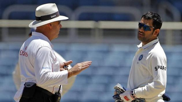 MS Dhoni having a chat with umpire Daryl Harper(AP)