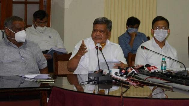 Karnataka industries minister Jagadish Shettar announcing the state's new industrial policy on Thursday.(HT PHOTO.)