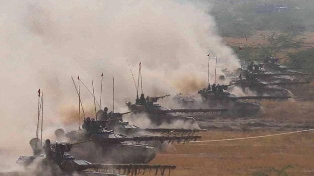 India has moved 12 T-90 tanks, armoured personnel carriers and 4,000 soldiers to Daulat Beg Oldi to prevent any Chinese aggression(HT Photo)