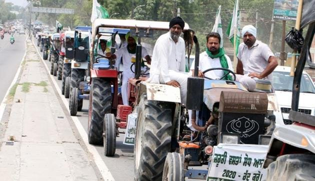 Farmers taking out a protest march near the house of Shiromani Akali Dal president Sukhbir Singh Badal and Union food processing minister Harsimrat Kaur Badal in Bathinda on Monday.(Sanjeev Kumar/HT)
