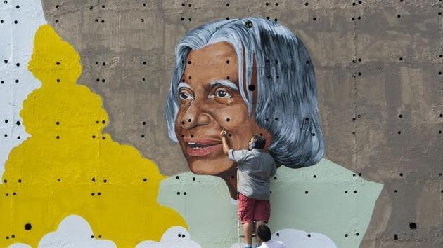 An artist paints a wall graffiti of Former President of India A. P. J. Abdul Kalam(Satyabrata Tripathy/HT Photo)