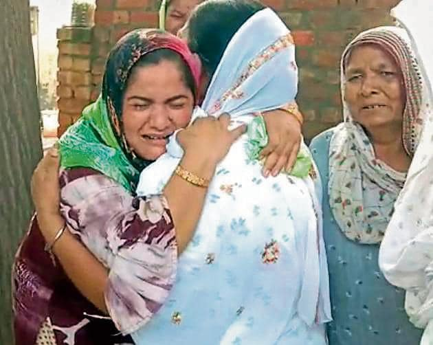 Women mourn the deaths at Amritsar's Muchhal village where 11 men lost their lives, on Friday.(ht photo)