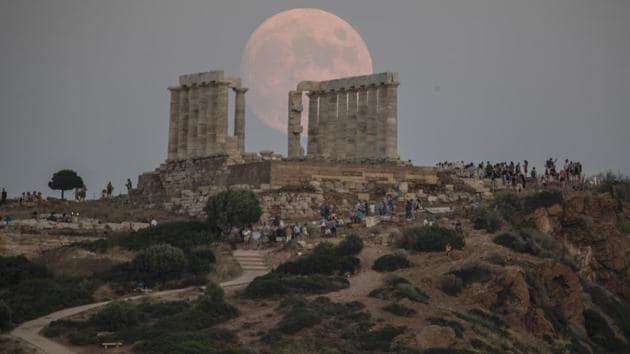 """""""Есетрова луна"""" поднесе небесен спектакъл в Гърция (Видео)"""