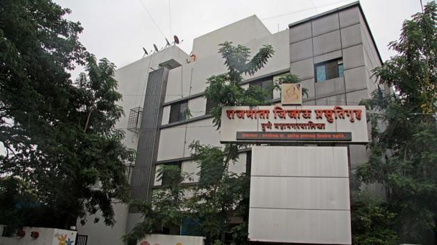 Rajmata Jijau hospital near Mitramandal in Pune. According to PMC, the control room will manage the bed availability status after seeking regular updates from private and government hospitals.(RAVINDRA JOSHI/HT)