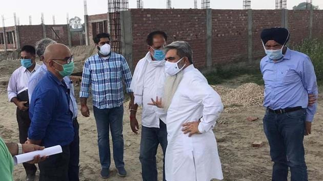 Cabinet minister Bharat Bhushan Ashu (second from right) and mayor Balkar Singh Sandhu next to him at the carcass disposal site.(HT Photo)