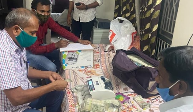 ACB officials took more than five hours to count the cash that the revenue officer had received as a bribe(HT PHOTO)