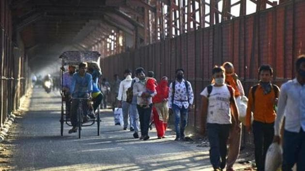 Migrant workers leave for their home towns and villages due to coronavirus lockdown, March 27, 2020(Sonu Mehta / Hindustan Times)