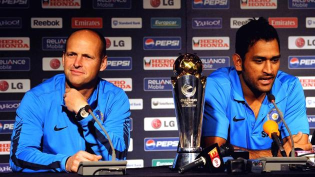 Gary Kirsten and Indian cricket captain Mahendra Singh Dhoni during the ICC Champions Trophy press conference on September 19 in Johannesburg, South Africa.(Getty Images)