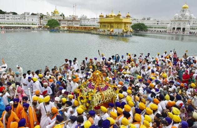 Devotees taking part in the religious procession at Golden Temple on Wednesday morning.(Sameer Sehgal/HT)