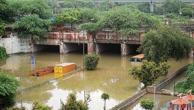 Two trucks and a bus partially submerged at Pul Prahladpur on Thursday.(Amal KS/HT Photo)