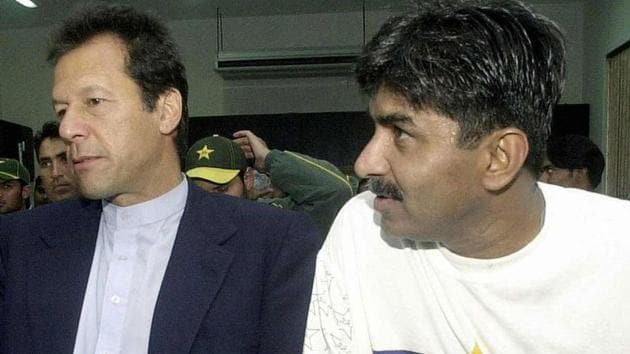 Javed Miandad (R) and Imran Khan in a still from 2004.(Getty Images)