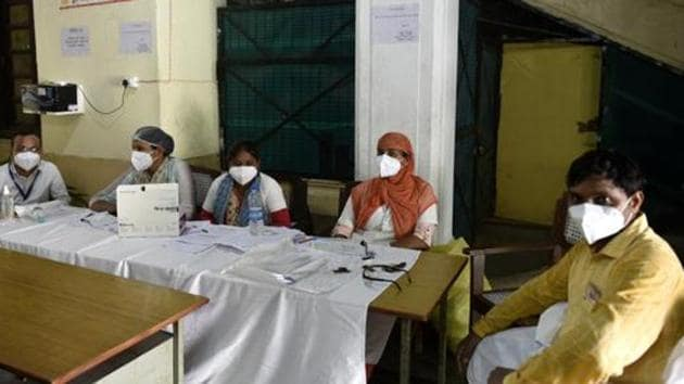 As many as 8,827 people have recovered in the last 24 hours and the number of recovered patients has gone up to 2,44,045. There are 87,803 active Covid-19 cases in the state.(HT PHOTO.)