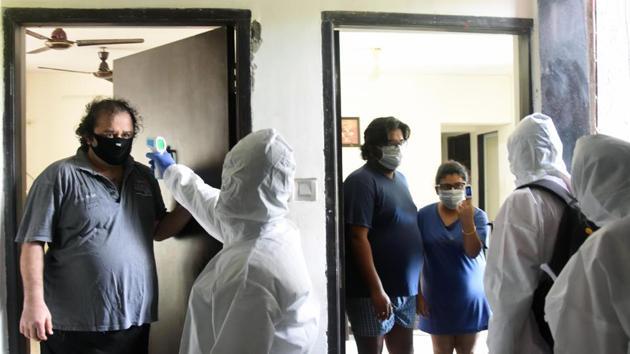 Health workers conduct door-to-door Covid-19 screening at Malad West in Mumbai.(ANI)