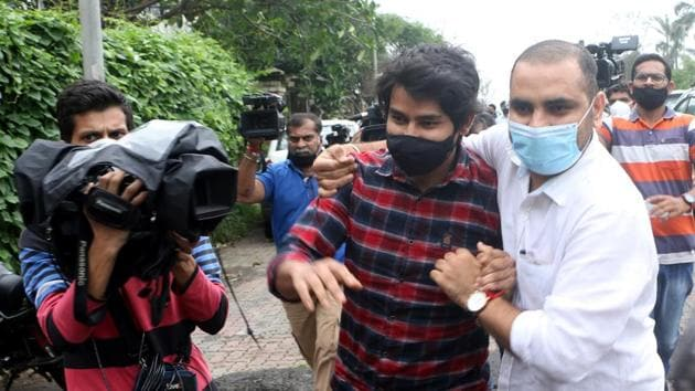 Officials of the CBI and Central Forensic Science Laboratory (CFSL) with Sidharth Pithani and Neeraj Singh outside arrive at Sushant Singh Rajput's house at Bandra in Mumbai on Saturday.(Satyabrata Tripathy/HT Photo)