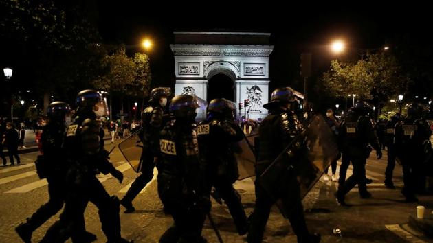 Soccer Football - Fans watch the Champions League Final - Bayern Munich v Paris St Germain - Paris, France - August 23, 2020 Police arrive at Arc de Triomphe, as play resumes behind closed doors following the outbreak of the coronavirus disease (COVID-19) REUTERS/Gonzalo Fuentes(REUTERS)