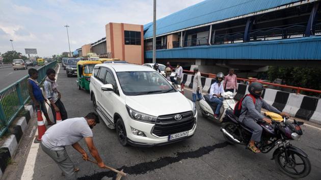Repair work underway at a flyover in Tilak Nagar, New Delhi.(Biplov Bhuyan/HT PHOTO)