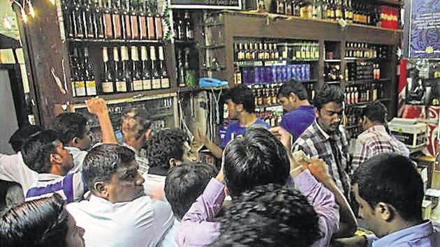 To avoid crowds like this, the state government even allowed home delivery of liquor.(Hindustan Times)