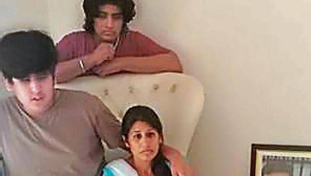 The wife of the deceased, Alok Gupta, along with her two sons.