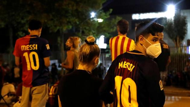 Soccer Football - Camp Nou, Barcelona, Spain - August 25, 2020 Barcelona fans are seen outside the Camp Nou after captain Lionel Messi told Barcelona he wishes to leave the club immediately, a source confirmed on Tuesday REUTERS/Nacho Doce(REUTERS)