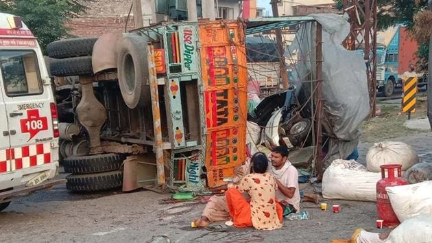 The overturned canter after the accident that claimed the lives of its two female passengers in Doraha near Ludhiana on Wednesday.(HT Photo)