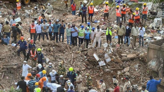 Rescue workers carry the body of a victim, at Mahad in Raigad district on August 25.(PTI)