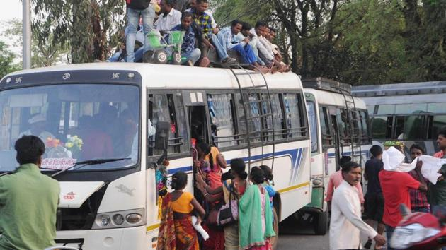 File photo: Passengers boarding buses.(Hindustan Times)