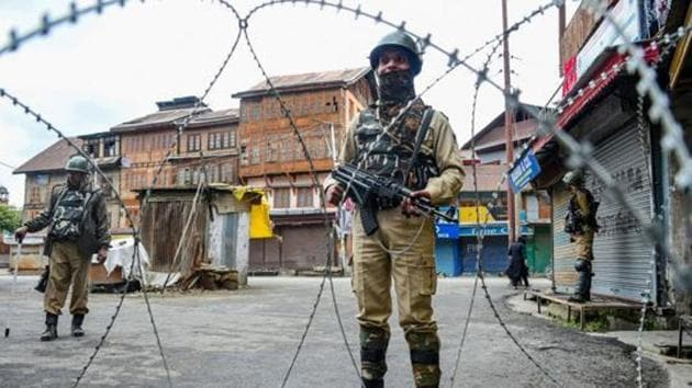 Srinagar: Security personnel stand guard during restrictions in Srinagar.(PTI)
