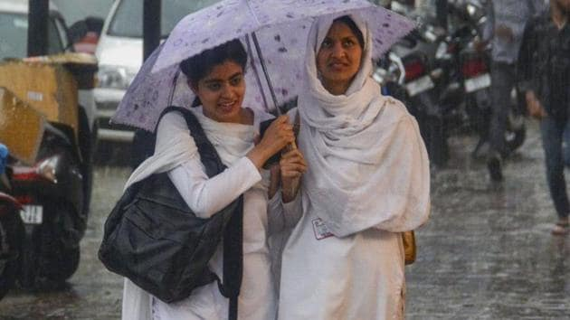 The meteorological department predicted that most parts of J&K would receive moderate to heavy rainfall over the next couple of days.(PTI)