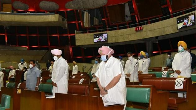 Chief minister Capt Amarinder Singh leading the assembly in paying tributes to Galwan soldiers, Covid warriors and 28 eminent personalities who had passed away since the last session of the Vidhan Sabha.(Ravi Kumar/HT Photo)
