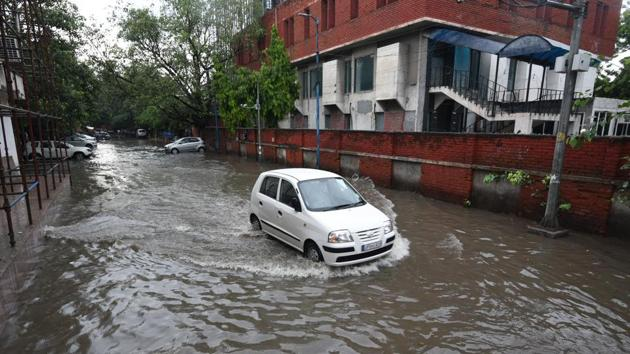 A car wades through a water-logged road following a heavy rain spell, in New Delhi, India, on Friday, August 28, 2020.(Biplov Bhuyan/HT PHOTO)