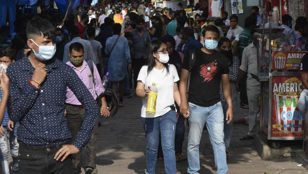 Visitors seen at Sarojani Nagar market in New Delhi, India, on Sunday, August 30, 2020.(Vipin Kumar/HT PHOTO)