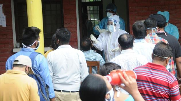 People queuing up to get tested for coronavirus infection in Patiala.(Bharat Bhushan/HT file photo)