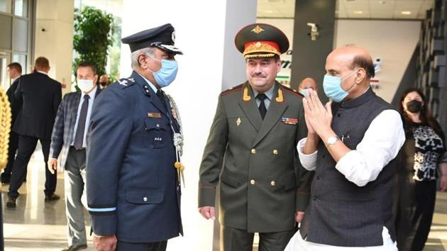 A video and photos of the interaction have also been shared on Twitter.(Twitter/@DefenceMinIndia)