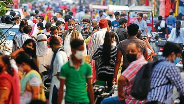 Crowds at a marketplace after the Delhi government allowed the reopening of weekly markets, at Pandav Nagar in the last week of August.(Raj K Raj/HT photo)