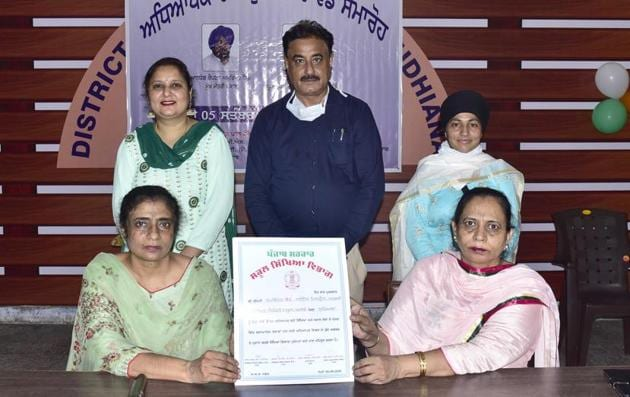 (Sitting) DEO secondary Swaranjit Kaur and DEO elementary Rajinder Kaur; and (from left) teachers Rapwinder Kaur, Jatinder Pal Sharma and Parvinder Kaur after receiving the awards at a virtual programme held at Government In-Service Training Centre, Ludhiana.(Gurpreet Singh/HT)