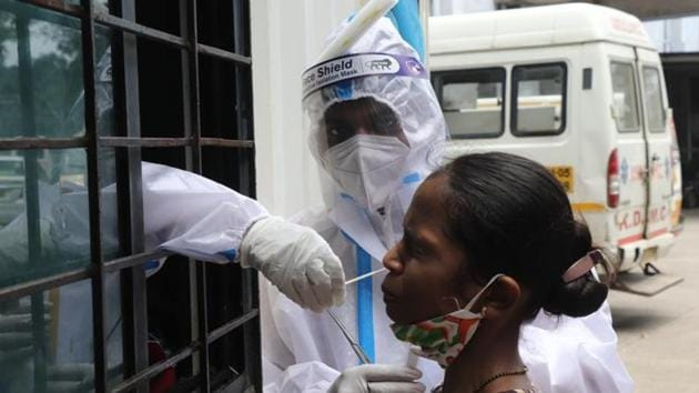 With the highest single-day spike of 86,432 fresh Covid-19 cases and 1,089 deaths on Saturday, India's tally stands at 4,023,179, according to the Union health ministry.(HT PHOTO)