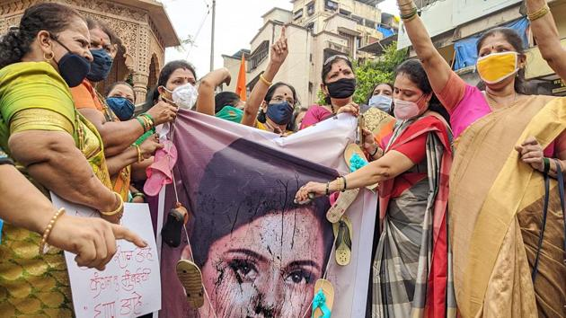 Women's wing of the Mumbai Shiv Sena staged a protest against Kangana Ranaut for her statement against Mumbai Police, at Borivali on Friday.(ANI)