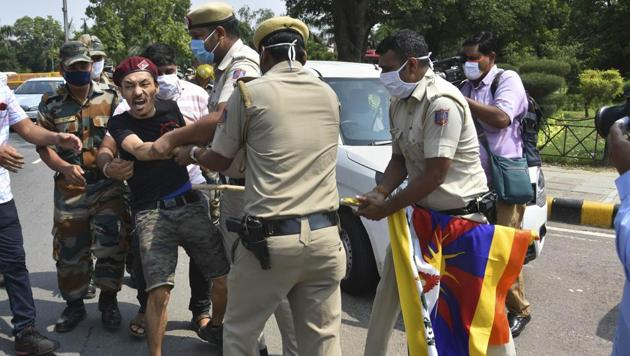 Police personnel try to control a Tibetan national who was protesting outside Chinese embassy in New Delhi on September 5.(PTI)