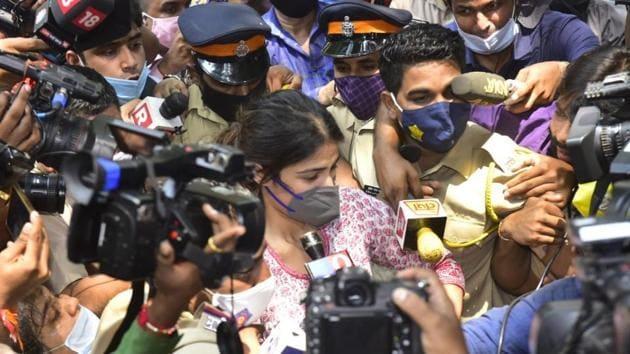 Rhea Chakraborty reached the NCB office on Sunday.(Anshuman Poyrekar/HT Photo)
