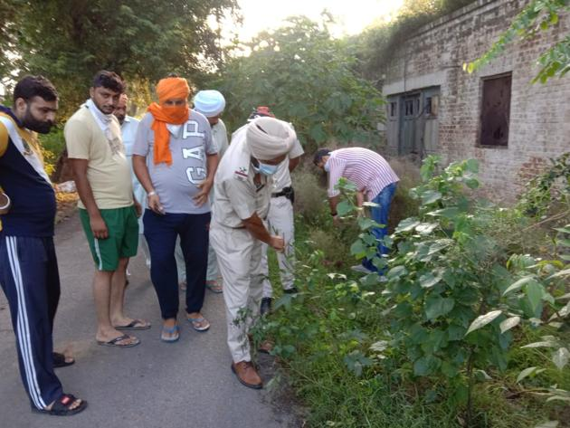 Police look for clues in Bathinda's Thandi Sadak area after Youth Akali Dal worker Sukhman Preet Singh Sandhu was shot dead on Saturday night.(HT Photo)