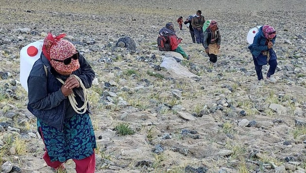 A group of villagers from Chushul carrying water and other supplies for Indian troops on the higher reaches.(https://www.facebook.com/konchok.stanzin6717)