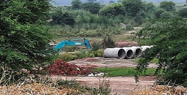 Sand being illegally mined in the Ghaggar river area near Kakrali village in Kharar, Mohali.(HT Photo)